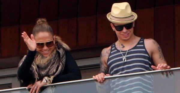 Ao lado do namorado, Jennifer Lopez acena para os fãs da sacada do hotel no Rio