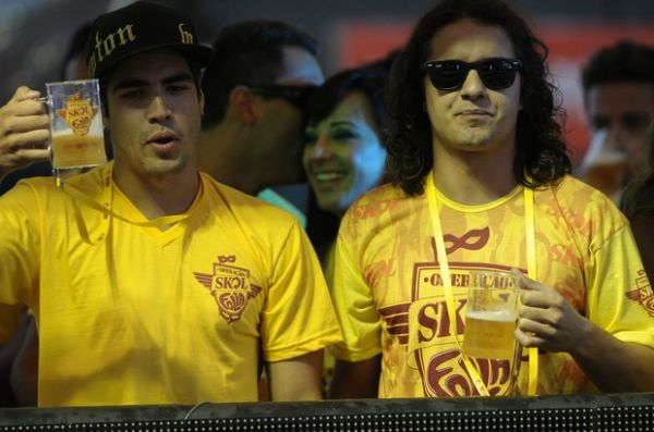 Caio Castro curte a folia de Salvador solteiro ao lado de colega de novela