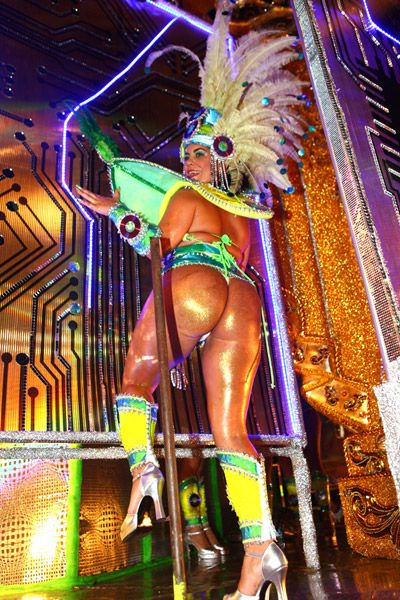De calcinha minúscula e tapa-seio, atriz pornô Bruna Ferraz desfila na Unidos de Vila Maria