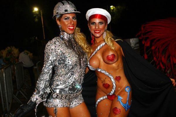 Irmãs Minerato dão selinho e são destaque no desfile