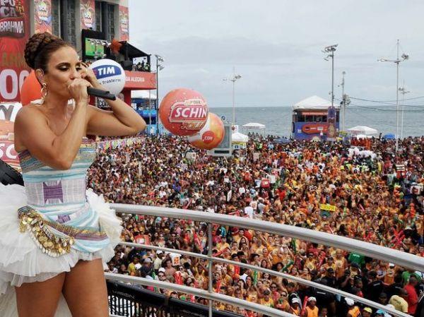 Ivete Sangalo coloca microfone entre os seios e brinca com folião: