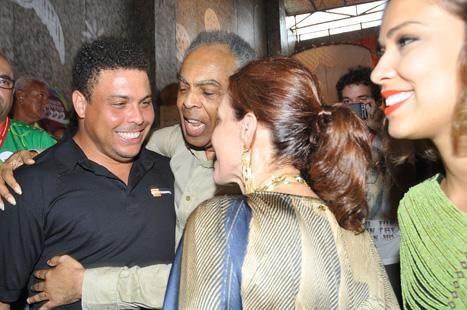 Ronaldo chegando com Bia Antony no camarote 222