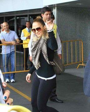 Simpática, Jennifer Lopez desembarca no Brasil para carnaval