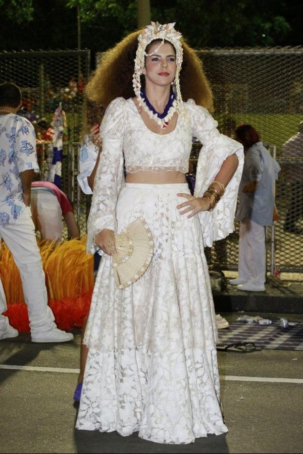 Vanessa da Mata se veste de Clara Nunes em desfile da Portela e comenta semelhança