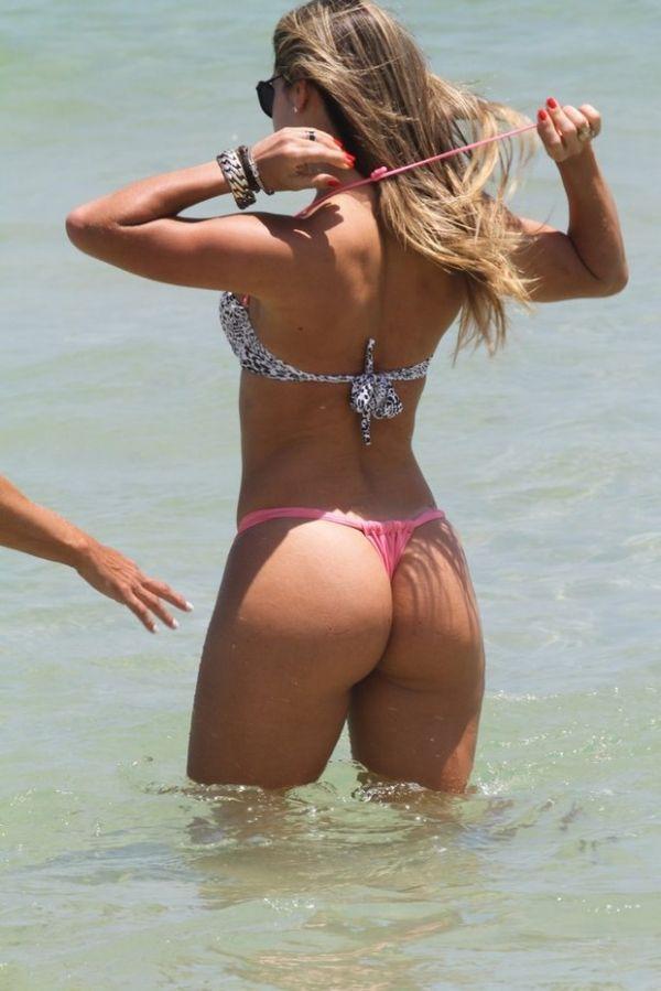 Mirella Santos exibe suas belas curvas em dia de praia