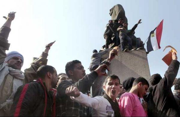 Polícia usa gás para dispersar ato no Cairo após morte de 74