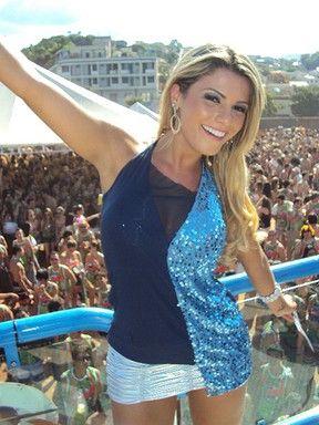 De sainha curta, panicat Babi Rossi é rainha de carnaval em cidade mineira