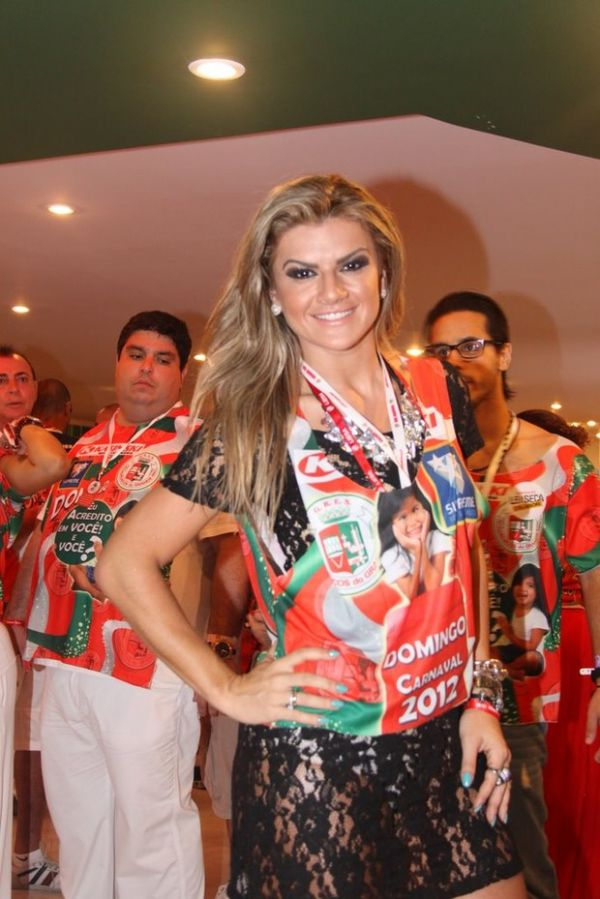 De vestido rendado e transparente, Mirella Santos acompanha desfiles