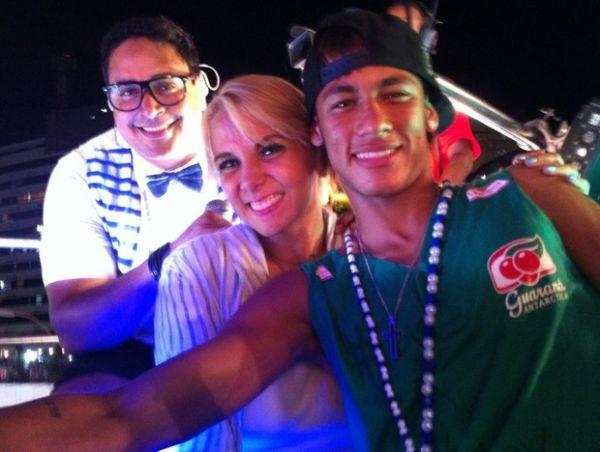 Ele está em todas! Neymar canta e rebola com Xanddy e Carla Perez