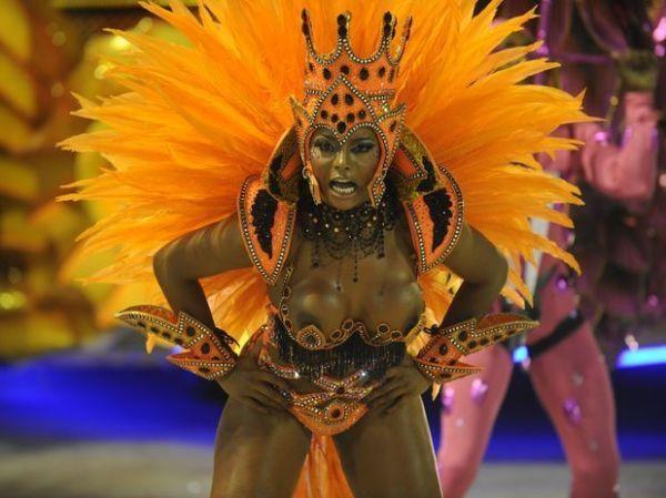 Adriana Bombom deixa seios totalmente nus em fantasia ousada durante desfile pelo Salgueiro
