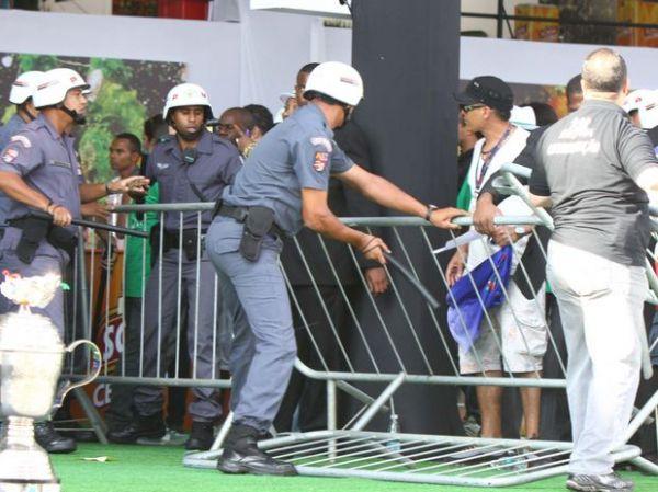 Confusão interrompe apuração do Carnaval de São Paulo e torcedor invade e rasga notas