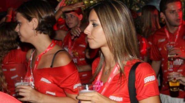 Cristiane Dias volta sem o marido a camarote: