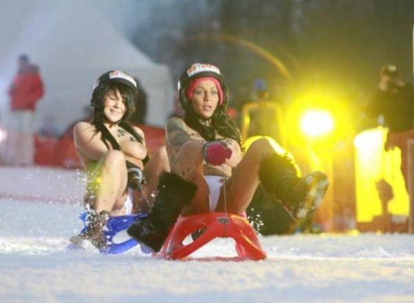 De topless, mulheres disputam competição de trenó