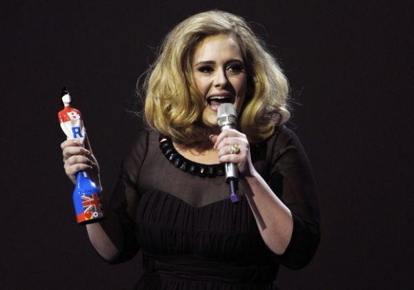 Interrompida em prêmio, Adele se irrita e faz gesto obsceno