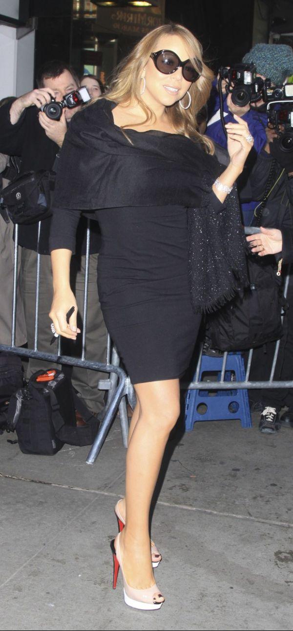 Mariah Carey vai de vestido justinho a TV e exibe \