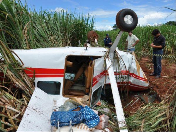Casal tem apenas ferimentos leves após queda de avião em plantação