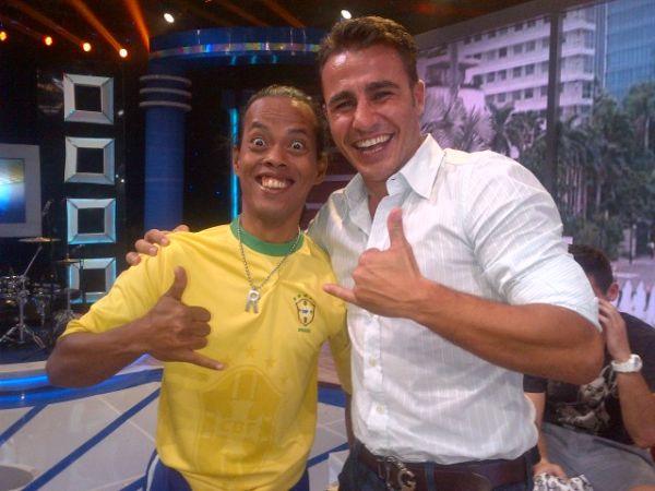 Ex-jogador Cannavaro encontra um sósia de R10 em turnê