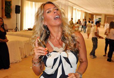 Adriane Galisteu ganha perfume em SP com sua assinatura