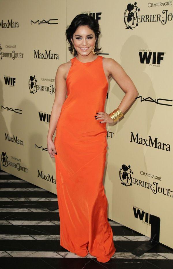 Com super decote, Selena Gomez vai a festa pré-Oscar em West Hollywood