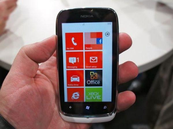 Nokia lança Windows Phone mais barato e menos potente