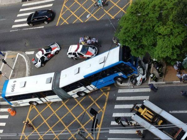 Casal morre após ônibus colidir e subir em carro