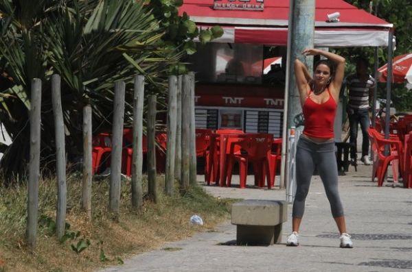 Ex-BBB Laisa cuida da boa forma e se alonga em praia