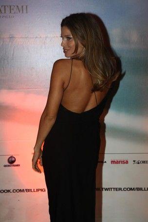 Grazi Massafera usa decote ousado nas costas em lançamento de filme