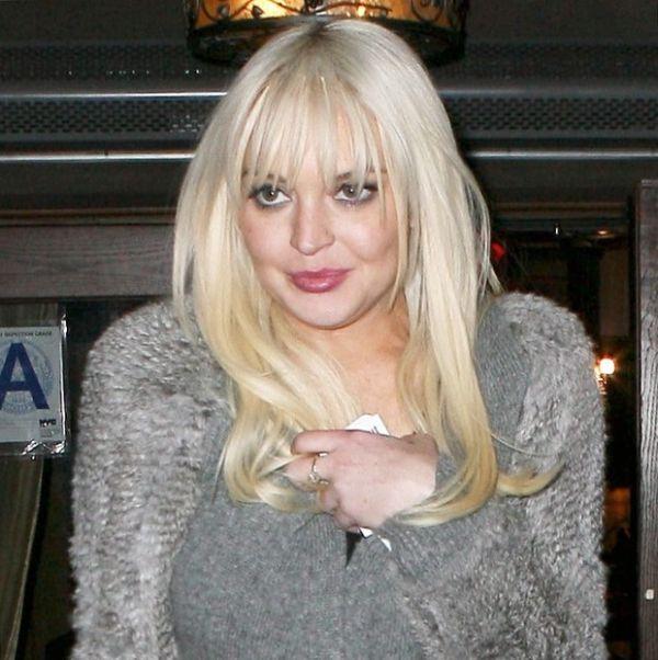 Lindsay Lohan chama atenção ao aparecer com rosto inchado