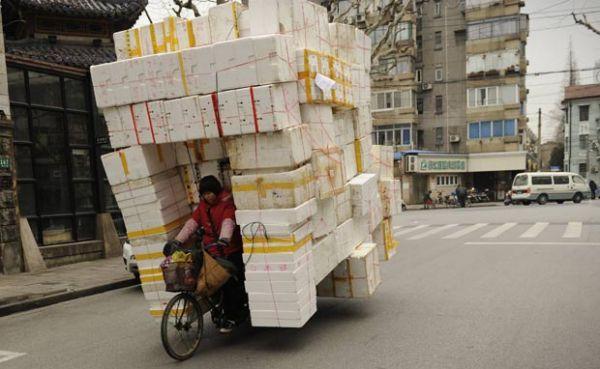 Mulher é flagrada com triciclo supercarregado na China