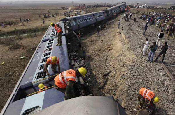 Choque de trem com escavadeira mata 3 na Índia
