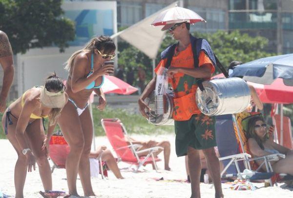 Panicat Jaque Khury curte praia e troca beijos e carinhos com seu namorado; fotos!