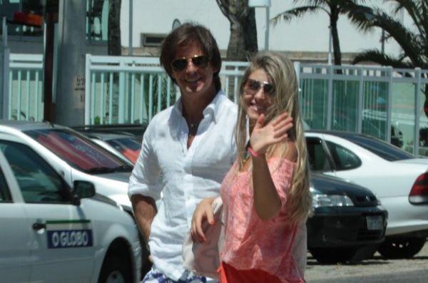 Leilah Moreno, estrela da novela Aquele Beijo, exibe boa forma em dia de praia no Rio; fotos!