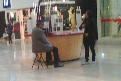 Pai de Michael Jackson vende perfumes baratos em quiosque