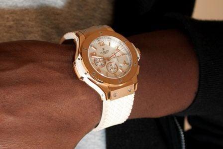 Thiaguinho, do Exaltasamba, mostra estilo com relógio de R$ 45 mil