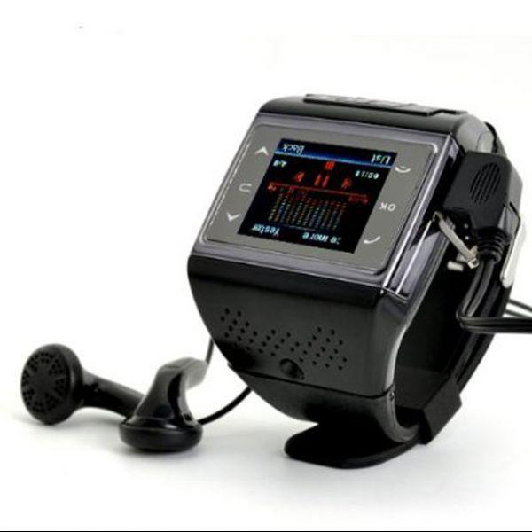 Gadget multiuso: relógio funciona também como celular quadri-band, mp4 e rádio FM