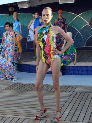 Para grife, modelo transexual desfila de maiô em alto mar