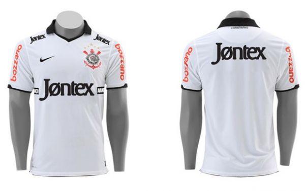 Corinthians apresenta uniforme com marca de preservativo