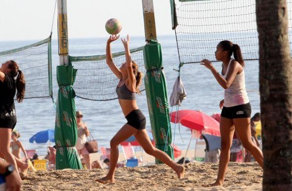 Sasha Meneguel joga vôlei com amigas na prai; veja fotos!