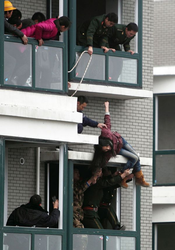 Ação coordenada da polícia evita que chinesa se jogue do 33º andar
