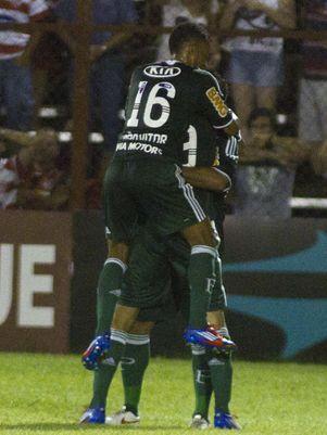 Barcos brilha, Palmeiras decide no 1º tempo e assume 2º lugar