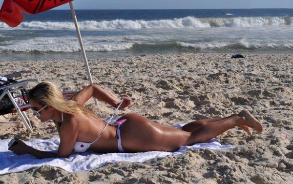 Panicat Aryane Steinkopf exibe curvas impecáveis em dia de praia no Rio; fotos da beldade!