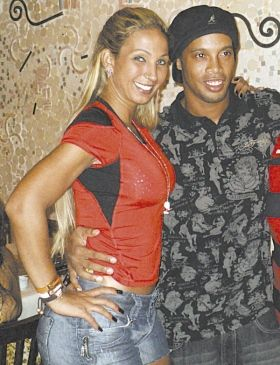 Após vaias, Ronaldinho posa para fotos com Valesca Popozuda