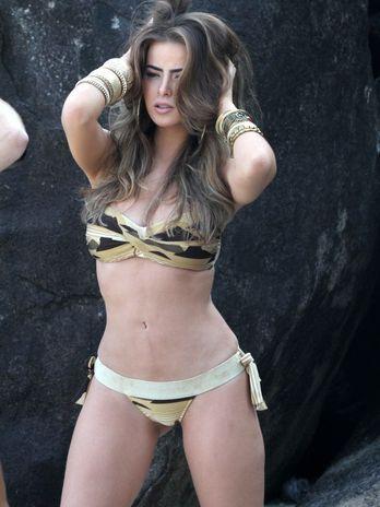 Namorada de Latino faz ensaio sensual em praia carioca