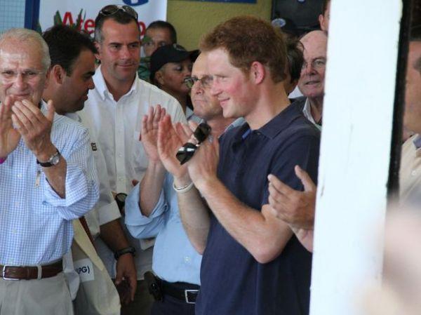 Príncipe Harry inaugura sede de ONG no Alemão
