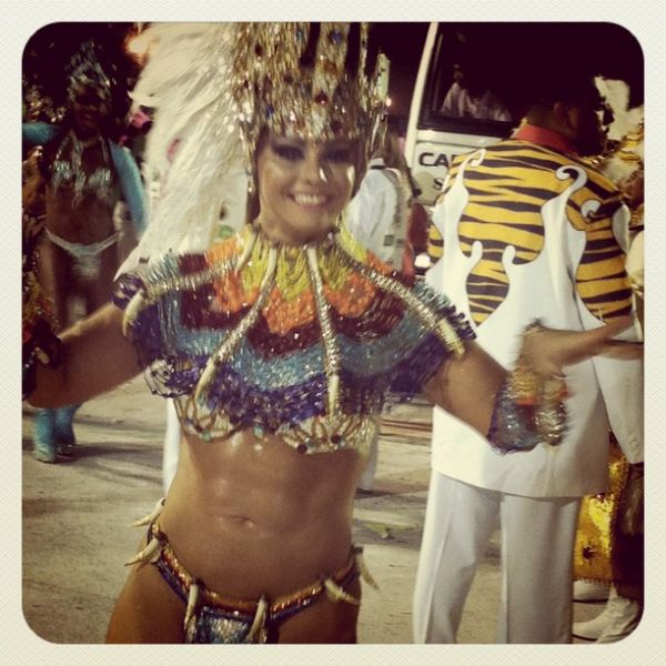Viviane Araújo exibe tanquinho no carnaval da Argentina