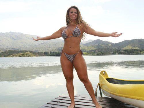 Viviane Araújo posa sensual em hotel e diz que Belo é um carma