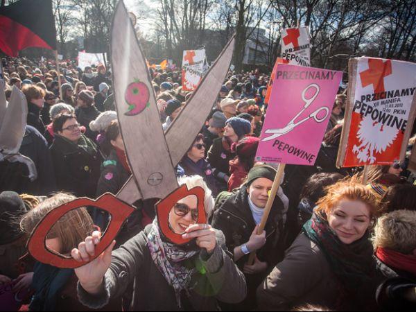 Feministas protestam na Polônia contra discriminação