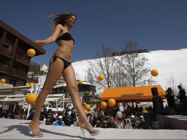 Mesmo com neve, modelos desfilam com lingeries em festival