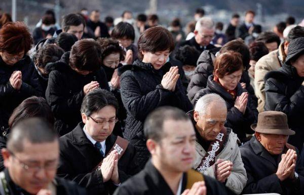 Um ano depois, Japão para e presta homenagem aos mortos da tragédia