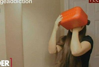 Viciada em gasolina, menina ingere 12 colheres de chá por dia: â??Isso me faz bemâ??